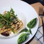 Zelfgemaakte pasta met truffelsaus en rucola
