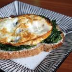 Ontbijt met ei en spinazie