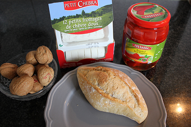 geitenkaas met gegrilde paprika, walnoot, broodje, sandwich, lunch