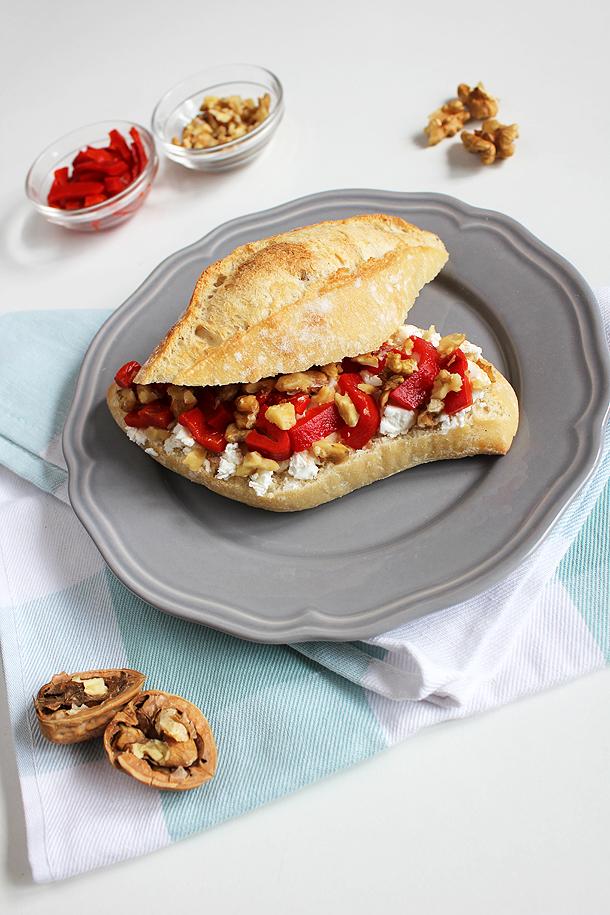 geitenkaas, gegrilde paprika, walnoot, broodje, sandwich, lunch