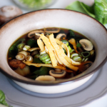Oosterse bouillon met paksoi en champignons